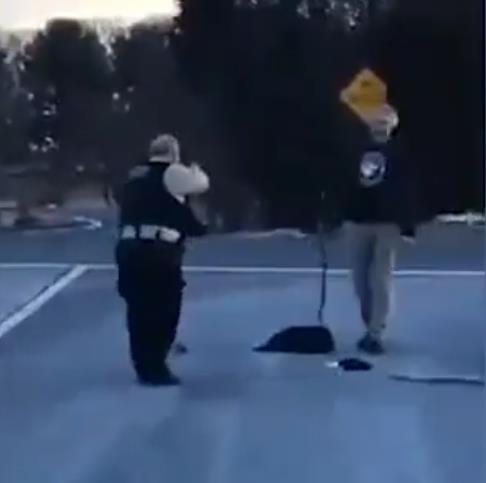 白人男子面目狰狞抡起大棍步步逼近 遭美警连开12枪反杀