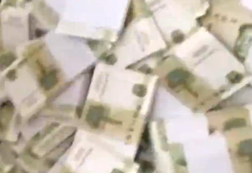 伴郎提100捆1元纸币给兄弟随礼 记账大爷手都抖了