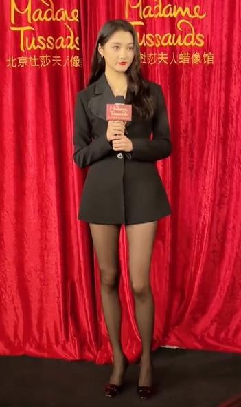 关晓彤穿着短裙黑丝出席活动