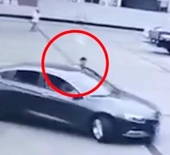 女子倒车时将头伸出被夹身亡